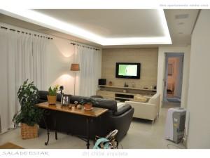 Sala de estar com painel de TV